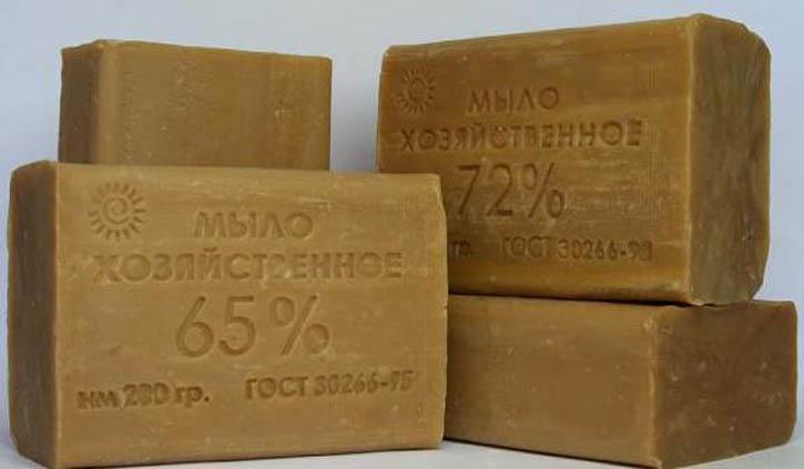 Хозяйственное мыло — это универсальное народное средство для защиты от моли, весьма эффективно используемое и против кухонной, и против платяной моли