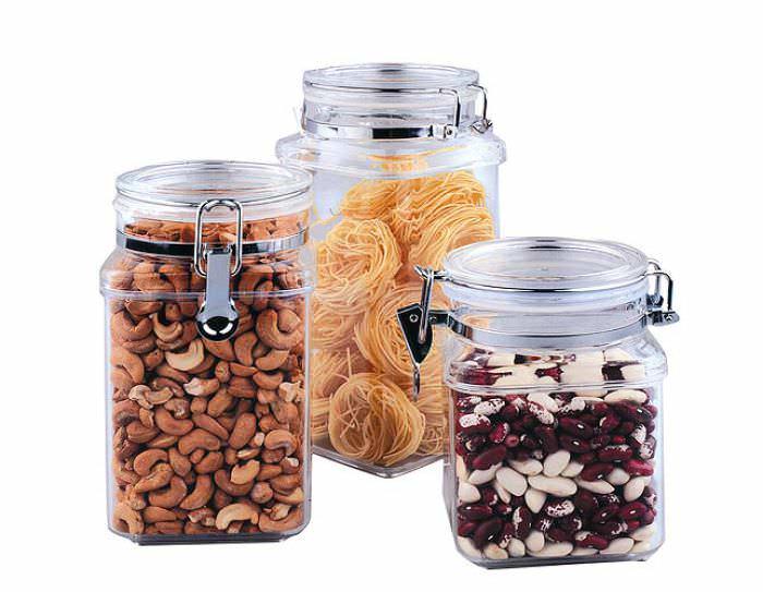 Чтобы вредоносные личинки моли не появились в помещении, следует держать продукты в металлических либо стеклянных емкостях с плотно закрытыми крышками