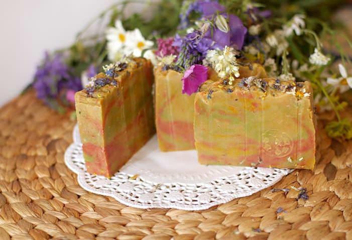 Моль не выносит запаха свежего цветочного мыла, которое следует разложить на полки платяного шкафа