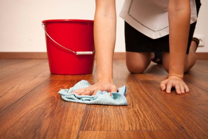 После удаления вещества с поверхностей их следует промыть большим количеством мыльной воды
