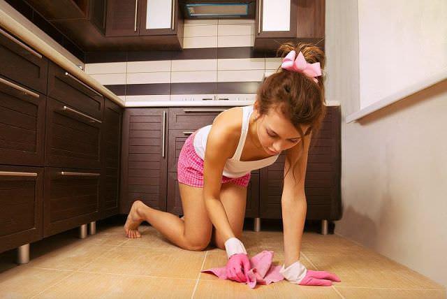 Перед тем как нанести препарат от тараканов, надо тщательно убрать дом