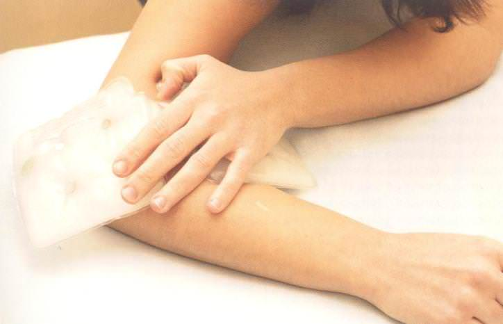 Если при укусе блохи наметились первые признаки отёчности, то рекомендуется воспользоваться охлаждающим компрессом