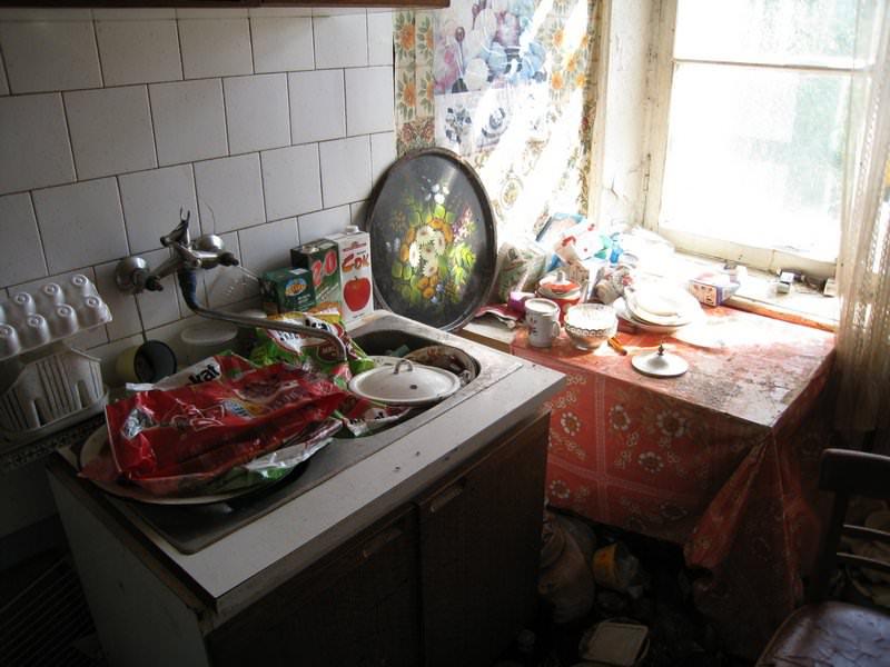 После того как удалось избавиться от красных муравьев стоит обзавестись полезной привычкой не оставлять продукты в открытом доступе и всегда убирать крошки со стола и не копить грязную посуду