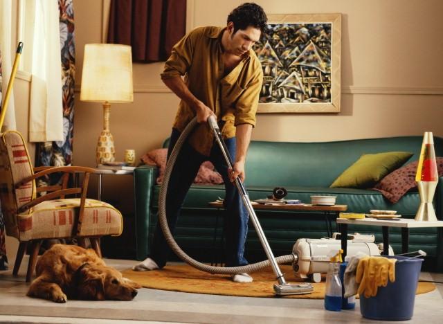 Бороться с блохами надо комплексно. Здесь поможет только глобальная обработка квартиры и тотальная уборка