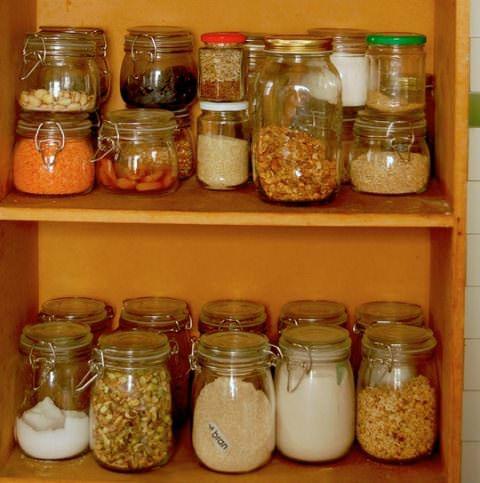 Вновь появляющиеся в доме продукты надо приучиться хранить в пластиковой или стеклянной таре с герметичными крышками