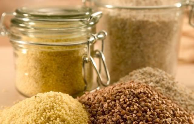 Крупная моль поселяется в крупах, муке, а также в сухофруктах и орехах
