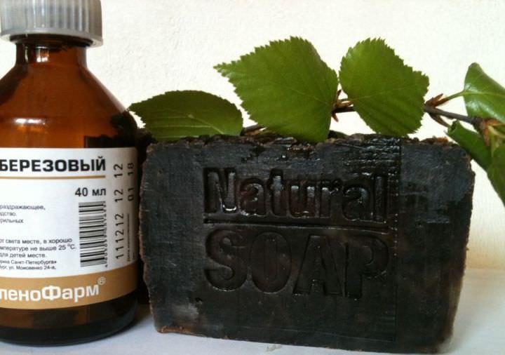 Дегтярное мыло имеет темный, почти черный цвет, со специфическим запахом дегтя