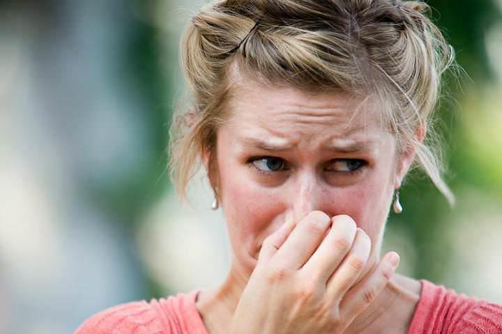Несмотря на ароматизацию, многие отмечают у «Рейда» резкий химический запах