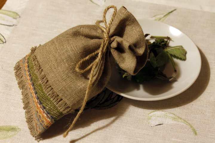 Советуют сделать мешочки из ткани, положить в них сухую лаванду и поместить в чехлы с шубами
