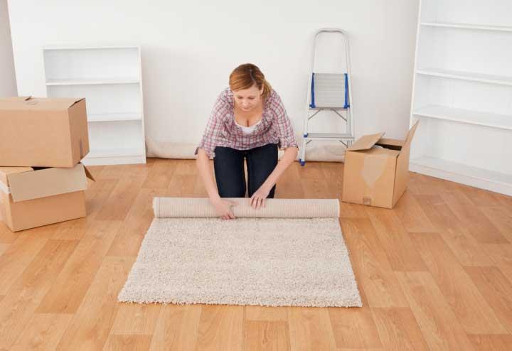 В доме необходимо свернуть ковры и отдать в химчистку