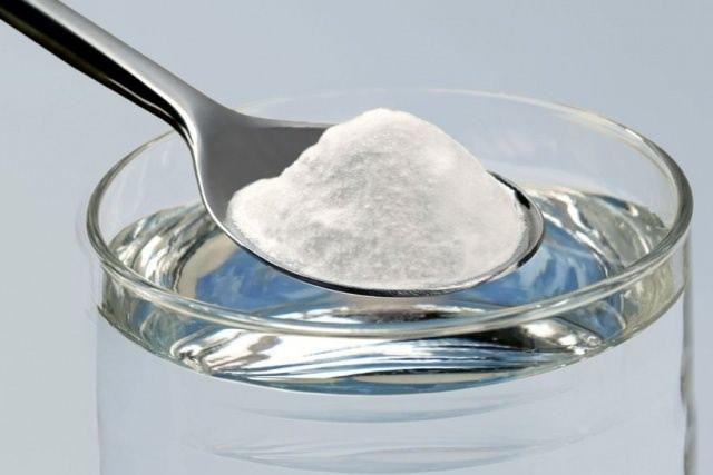 Хорошо устраняет последствия расчесов и снижает чувство зуда слабый раствор обычной пищевой соды