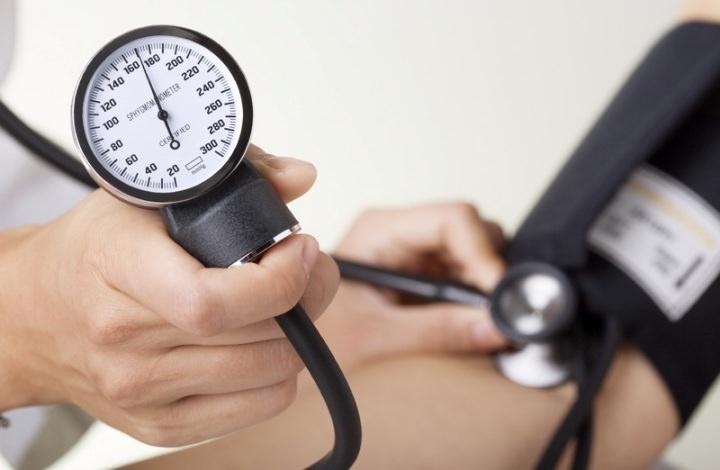При приеме средства могут наблюдаться побочные эффекты, такие как повышение артериального давления