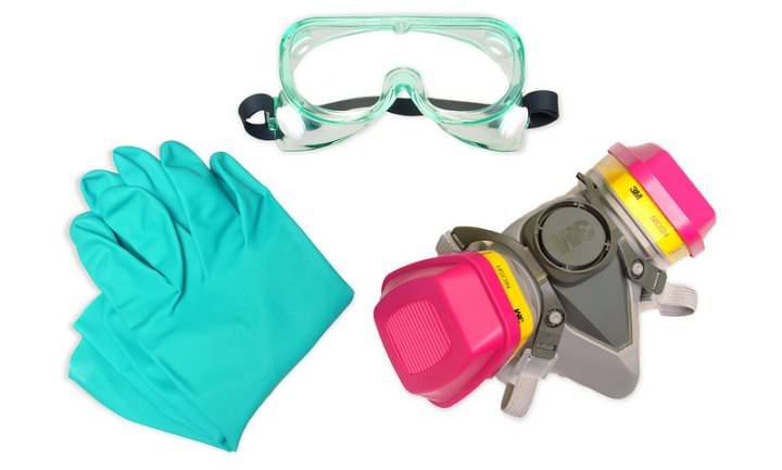 Проведение обработки в жилом или производственном помещении требует применения специальных средств личной защиты, включая перчатки, защитные очки и качественный респиратор