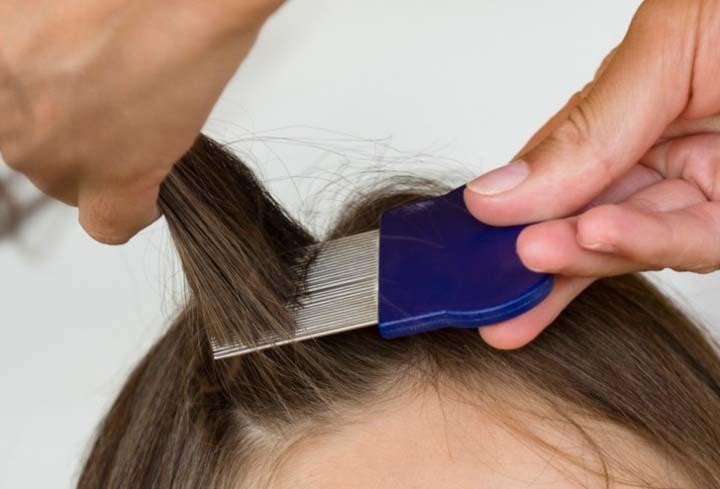 По окончании мытья волосы расчесывают при помощи гребня